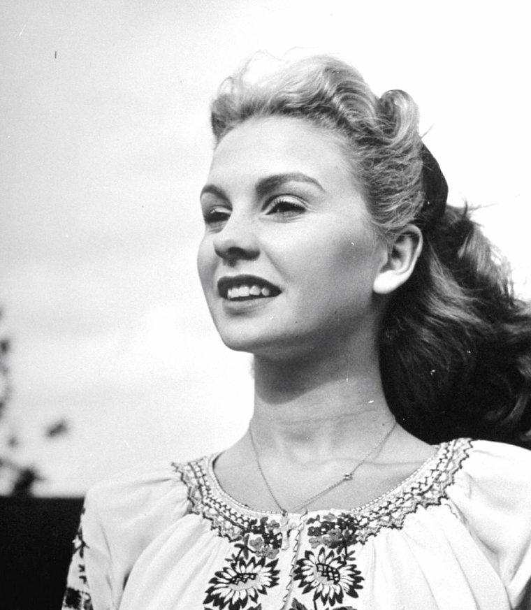 En Juillet 1946, Ian SMITH photographie plusieurs stars résidant en Angleterre comme, Anna NEAGLE et son mari le Producteur Herbert WILCOX (3 premières photos) / Jean SIMMONS (2 photos) / Michaël REDGRAVE et sa fille / Kathleen RYAN / Patricia ROC.