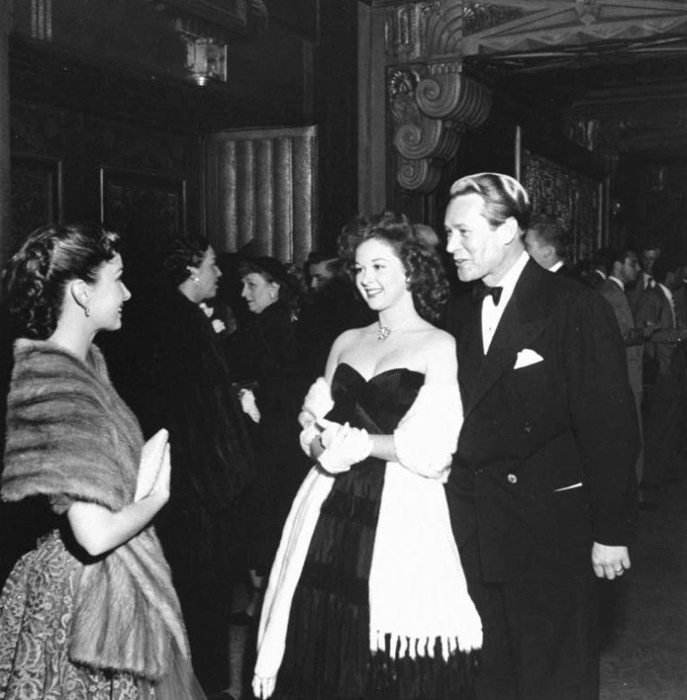 "23 Mars 1950, 22ème cérémonie des oscars où le tout Hollywood se presse sous l'objectif d'Ed CLARK ; de haut en bas : Ann BLYTH, Susan HAYWARD et Jess BARKER / Yvonne De CARLO et Rock HUDSON / Kirk DOUGLAS et Irene WRIGHTSMAN McEVOY / Ginger ROGERS et George MURPHY / Olivia De HAVILLAND qui reçoit un oscar pour sa prestation dans le film ""The hairess"" / Olivia De HAVILLAND et son mari Marcus GOODRICH / Olivia De HAVILLAND et Louella PARSONS / Paul DOUGLAS et sa femme Jan STERLING."