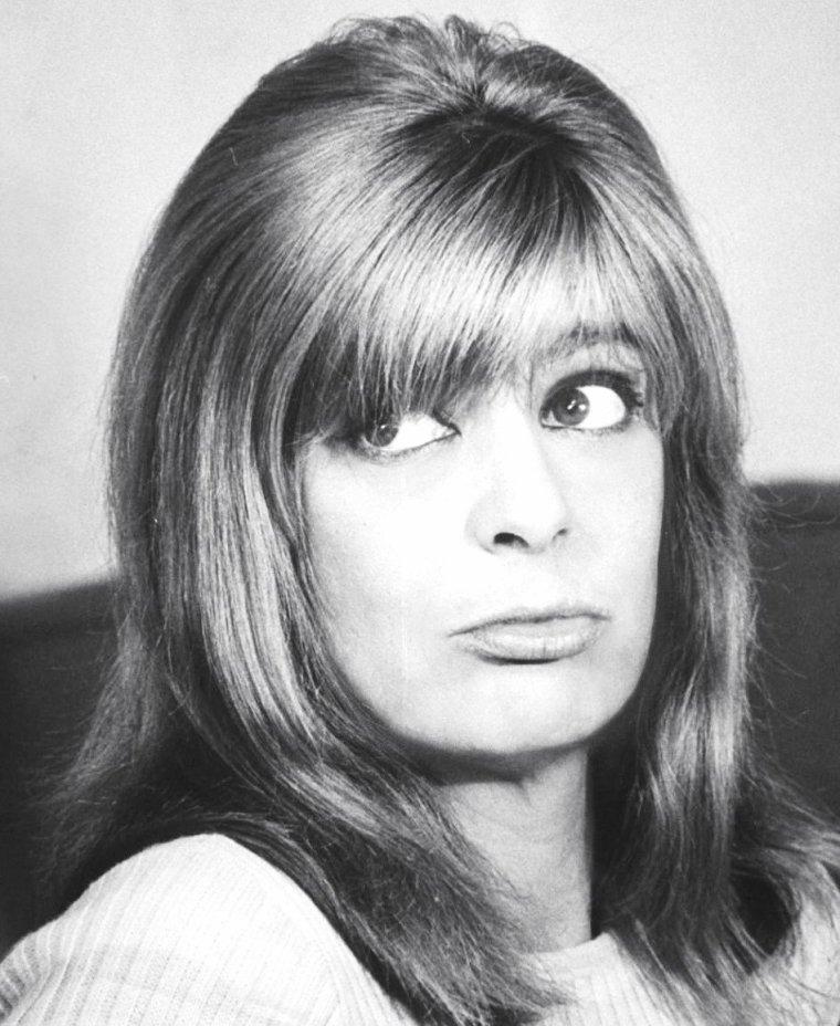 """Melina MERCOURI en pleine répétition de chant et de danse, notamment avec la chorégraphe Onna WHITE, pour la comédie de Jules DASSIN, """"Illya Darling"""", à New-York en 1966, sous l'oeil d'Henry GROSKINSKY."""