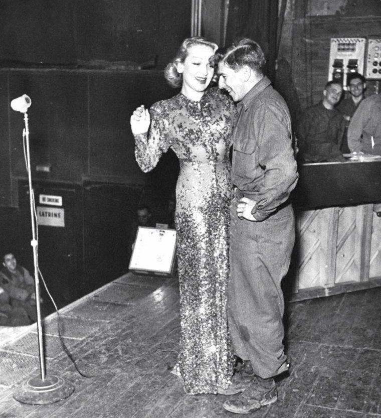 Marlene DIETRICH en tournée en Allemagne, le 27 Février 1945 sous l'objectif de George SILK.