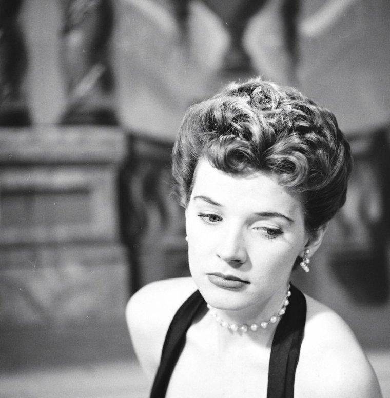 Polly BERGEN sous l'objectif de Yale JOËL lors d'un show T.V. musical en Mai 1952.