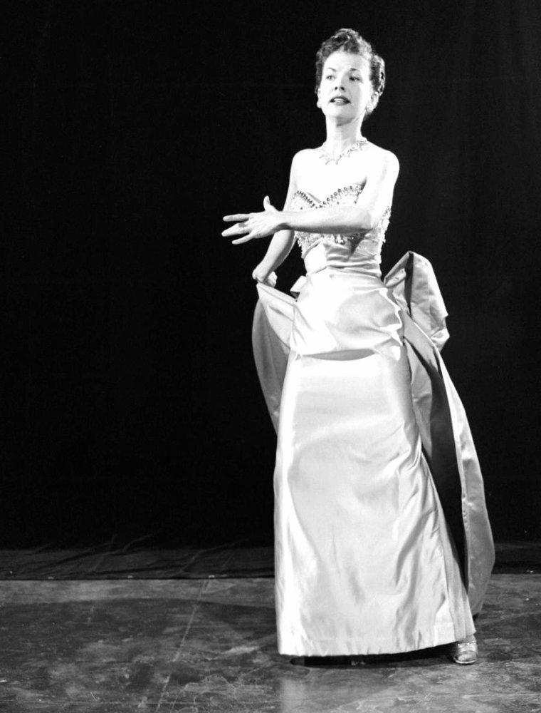 """Gale STORM chante """"A teen age prayer"""" en 1955 sous l'oeil de Loomis DEAN."""