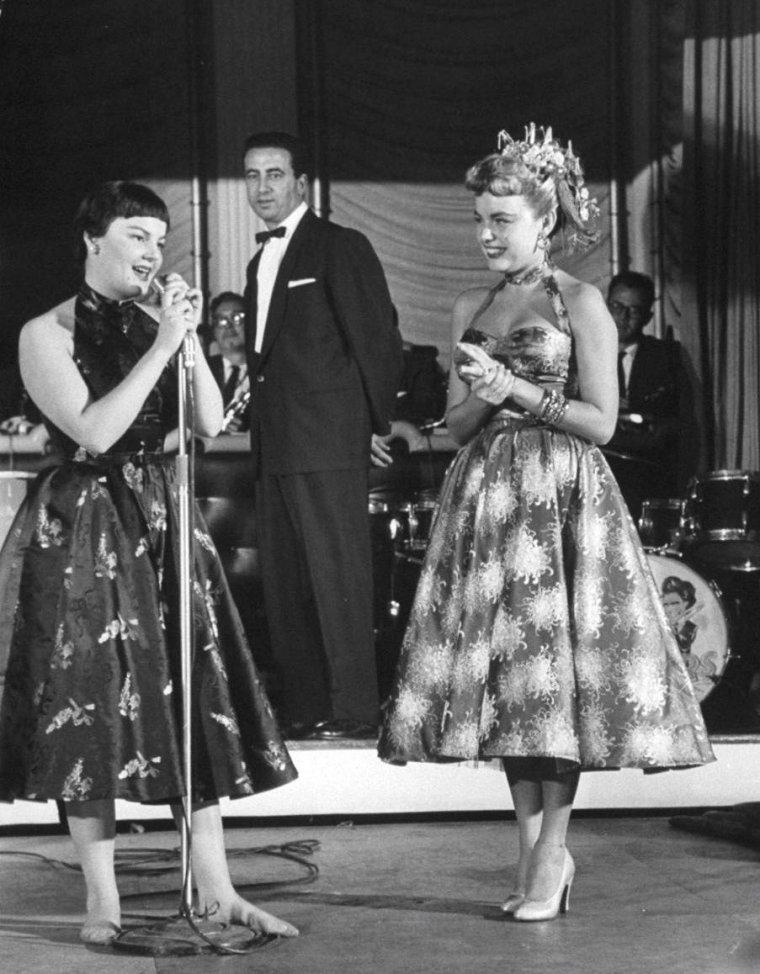 """Hollywood se presse lors d'une soirée organisée au """"Ciro's"""" en 1954, avec de haut en bas, Linda CHRISTIAN (2 photos) / Arleen WHELAN escortée par Conrad HILTON / Suzan ZANUCK et Terry MOORE / Cleo MOORE / Mitzi GAYNOR déguisée et son fiancé Jack BEAN / Debbie REYNOLDS / Jean SIMMONS."""