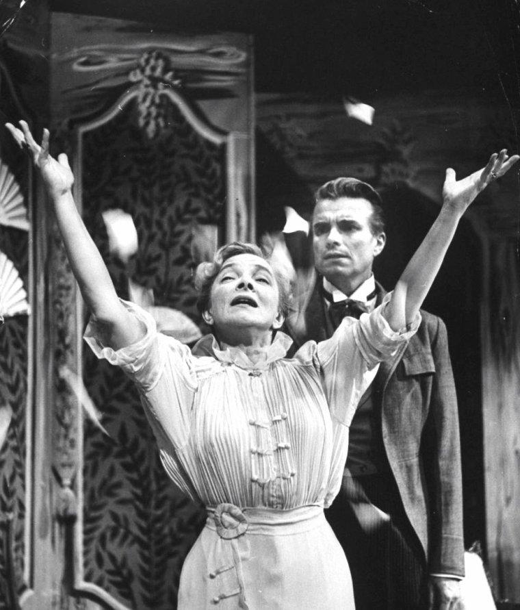 Juillet 1954, Gordon PARKS photographie Helen HAYES en famille, notamment avec son fils James MacARTHUR également acteur.