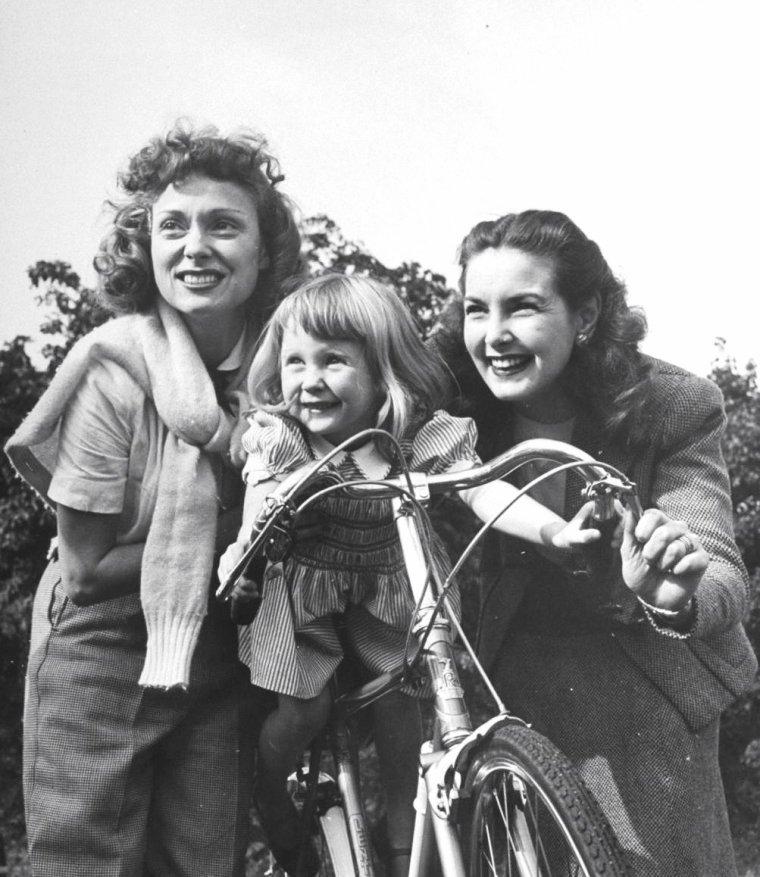 Septembre 1946, John MILLS organise une petite fête chez lui ; en attendant la dite fête, ses amis se détendent... On compte parmi ces derniers (de haut en bas), Martha SCOTT et Anne SHIRLEY / Martha SCOTT et John MILLS (2 photos) / Martha SCOTT et Patricia ROC / Anne SHIRLEY, Hazel COURT et Martha SCOTT / Martha SCOTT / Hazel COURT / Martha SCOTT et William EYTHE. Photos signées Tony LINCK, Angleterre.