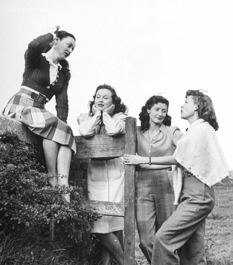 Septembre 1946, John MILLS organise une petite fête chez lui ; en attendant la dite fête, ses amis se détendent... On compte parmi ces derniers (de haut en bas), Martha SCOTT et Anne SHIRLEY / Martha SCOTT et John MILLS (2 photos) / Martha SCOTT et Patricia ROC / Anne SHIRLEY, Hazel COURT et Martha SCOTT / Martha SCOTT / Hazel COURT / Martha SCOTT et William EYTHE. Photos signées Tony LINCK, Angleterre.