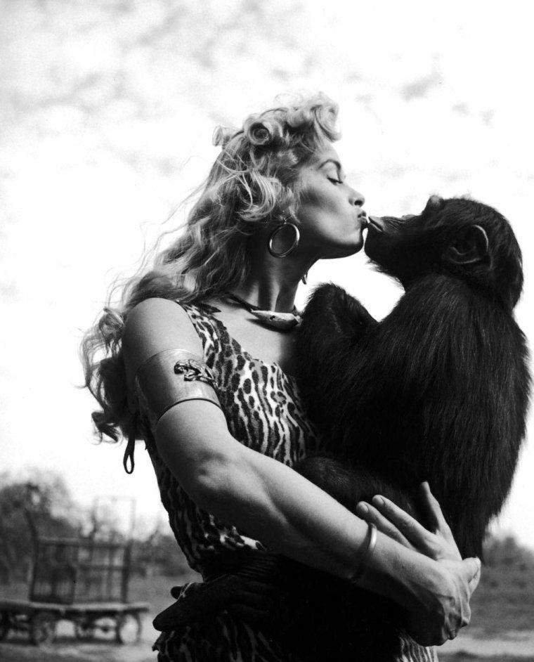 "Irish McCALLA en 1955 lors du tournage de la série T.V. ""Sheena queen of the jungle"" sous l'objectif de Loomis DEAN."