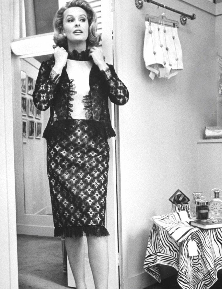 Dina MERRILL, New-York 1965 par Yale JOËL.