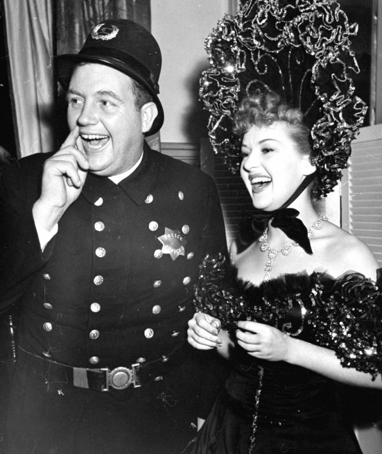 "Février 1939, le ventriloque et comique Edgar BERGEN organise une soirée ""burlesque"" où de nombreuses stars se sont rendues et ont joué le jeu, telles (de haut en bas) Betty GRABLE et Andy DEVINE / Betty GRABLE et Ken MURRAY / Norma SHEARER / Dorothy LAMOUR / Nancy CARROLL et Bill STEPHENSON / Tyrone POWER et Miriam HOPKINS / Martha RAYE / Mary MARTIN et Bob GREGORY. (photos signées Peter STACKPOLE)."