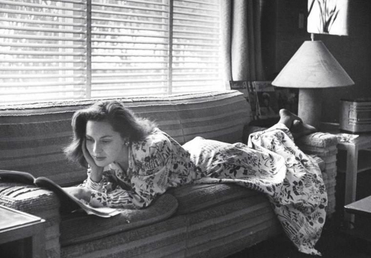 Viveca LINDFORS en 1946 à Burbank, U.S., notamment avec Jack WARNER visitant les studios de la Warner-Bros. Photos de Bob LANDRY.