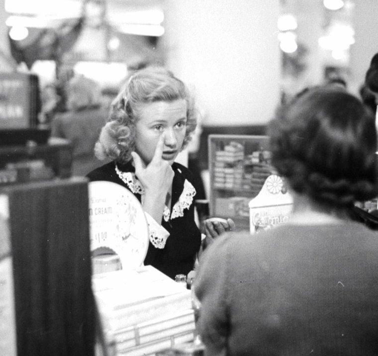 Priscilla LANE s'improvise vendeuse en parfumerie dans un magasin New-Yorkais sous l'objectif de Peter STACKPOLE en 1941.