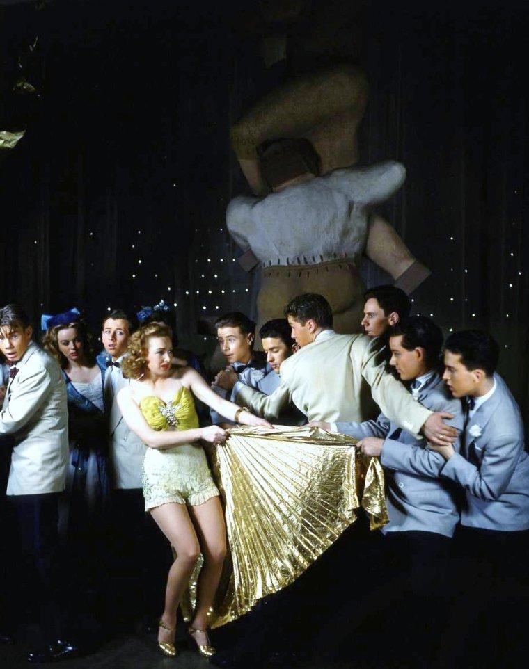 """Dmitri KESSEL photographie Rosemary LANE entre autres dans la comédie musicale de Broadway """"Best food forward"""" en 1941. La pièce sera adaptée en film en 1943 avec Lucille BALL pour vedette principale."""