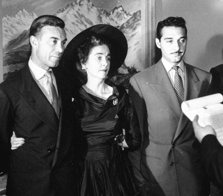 """La milliardaire et actrice Barbara HUTTON épouse le """"truand"""" Porfirio RUBIROSA en 1953 sous l'oeil de Peter STACKPOLE. La dernière photo montre Barbara en 1960 photographiée par Jon BRENNIES."""