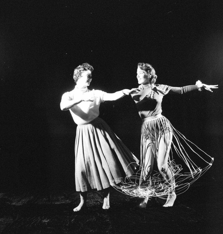 Julie ADAMS prenant des cours de danse Hawaïenne sous l'oeil de Loomis DEAN en 1956.