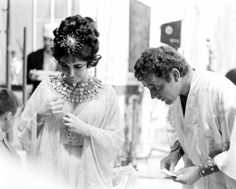 """Richard BURTON, Elizabeth TAYLOR et leurs enfants lors du tournage du film """"Cleopâtre"""" en 1962 de Joseph L MANKIEWICZ. Photos signées Paul SCHUTZER."""