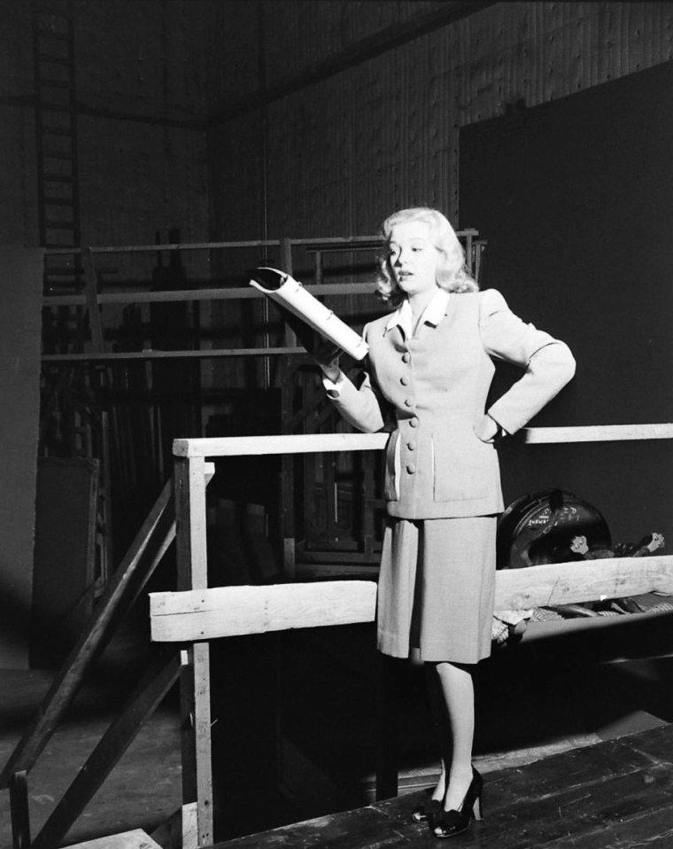 """Screen-test de Marjorie REYNOLDS pour  le film """"Holiday inn"""" de Mark SANDRICH en 1942 sous l'objectif d'Eliot ELISOFON ; on peux voir Marjorie sur une photo avec Fred ASTAIRE qui joue dans le film tout comme Bing CROSBY entre autres."""