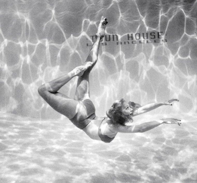 L'actrice Belita dans un show aquatique en 1945 sous l'oeil de Walter SANDERS.