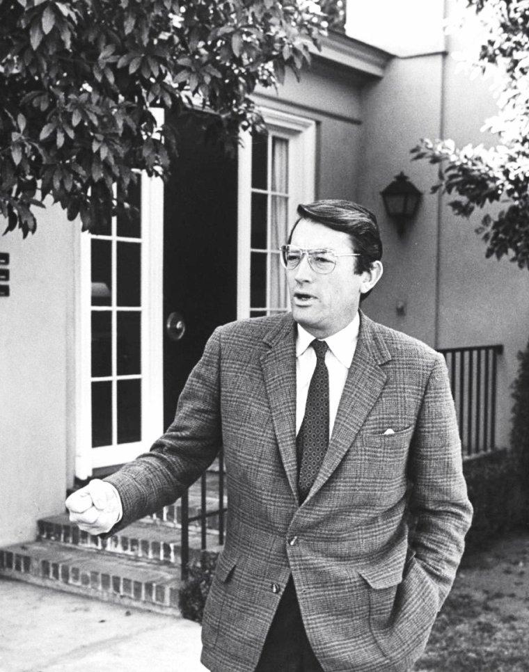 Lorsque le photographe John DOMINIS se promène du côté des Studios UNIVERSAL en 1963, il rencontre ; Doris DAY saluant un gardien / Leslie SUMMERS aux essayages de costumes / Gregory PECK / Rosemary FORSYTHE en screen-test / Cary GRANT / Tippi HEDREN en plein tournage / Arthur O'CONNELL, Felicia FARR, Ben GAZZARA et Rock HUDSON en plein déjeuner.