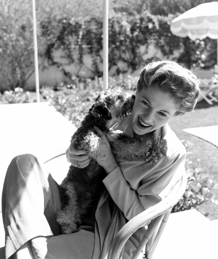 Deux soeurs, Joan FONTAINE et Olivia De HAVILLAND sous l'objectif de Bob LANDRY en Mai 1942 à Beverly-Hills, Los-Angeles.