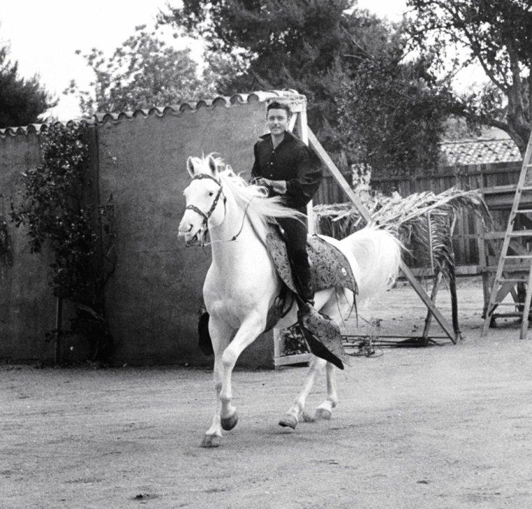 """Guy WILLIAMS en plein tournage de la série T.V. """"Zorro"""" sous l'objectif d'Allan GRANT en 1958."""