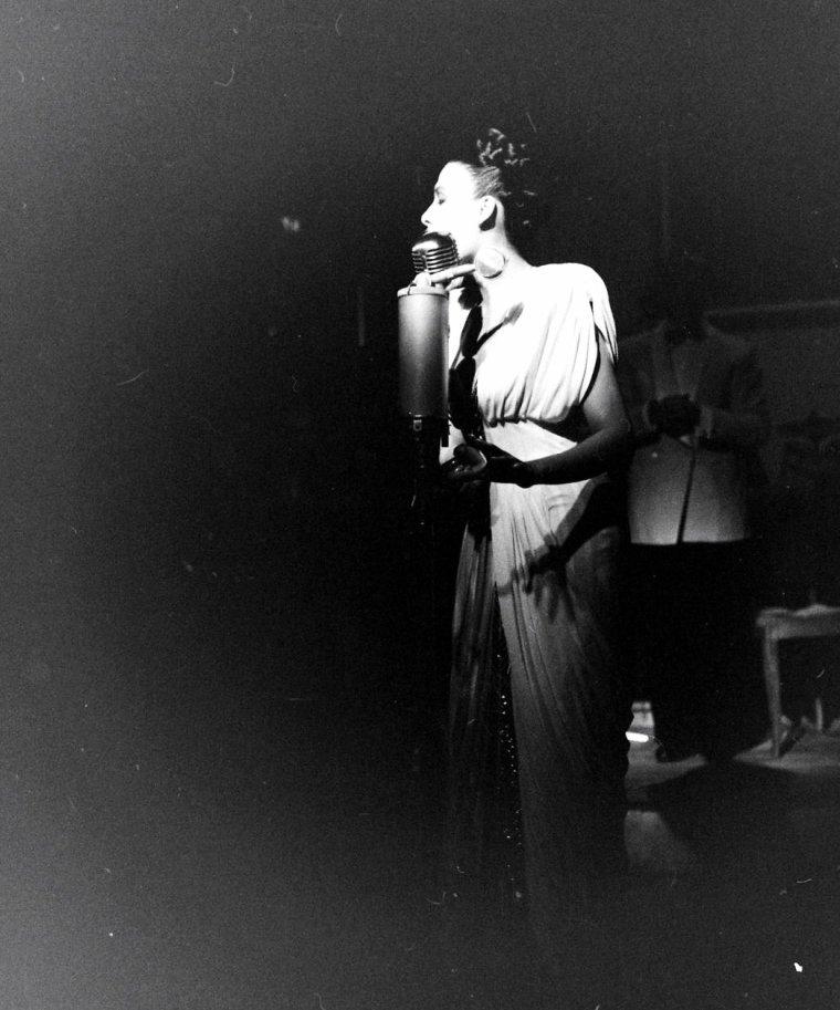 Lena HORNE chante dans un night-club à Paris en Décembre 1947 sous l'oeil de Yale JOËL.