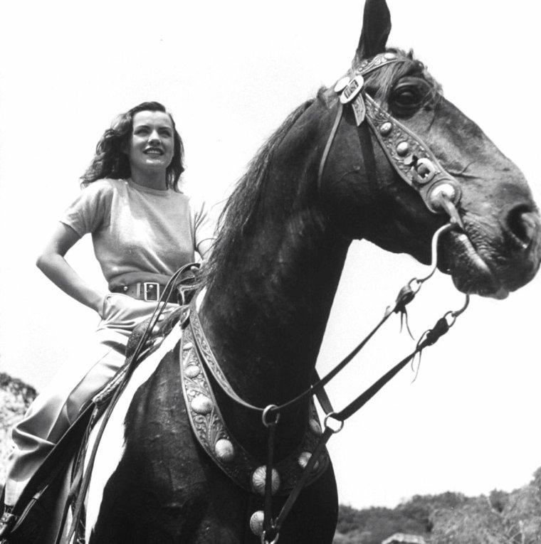 Ella RAINES en Juillet 1943 à Los-Angeles sous l'objectif de Walter SANDERS.