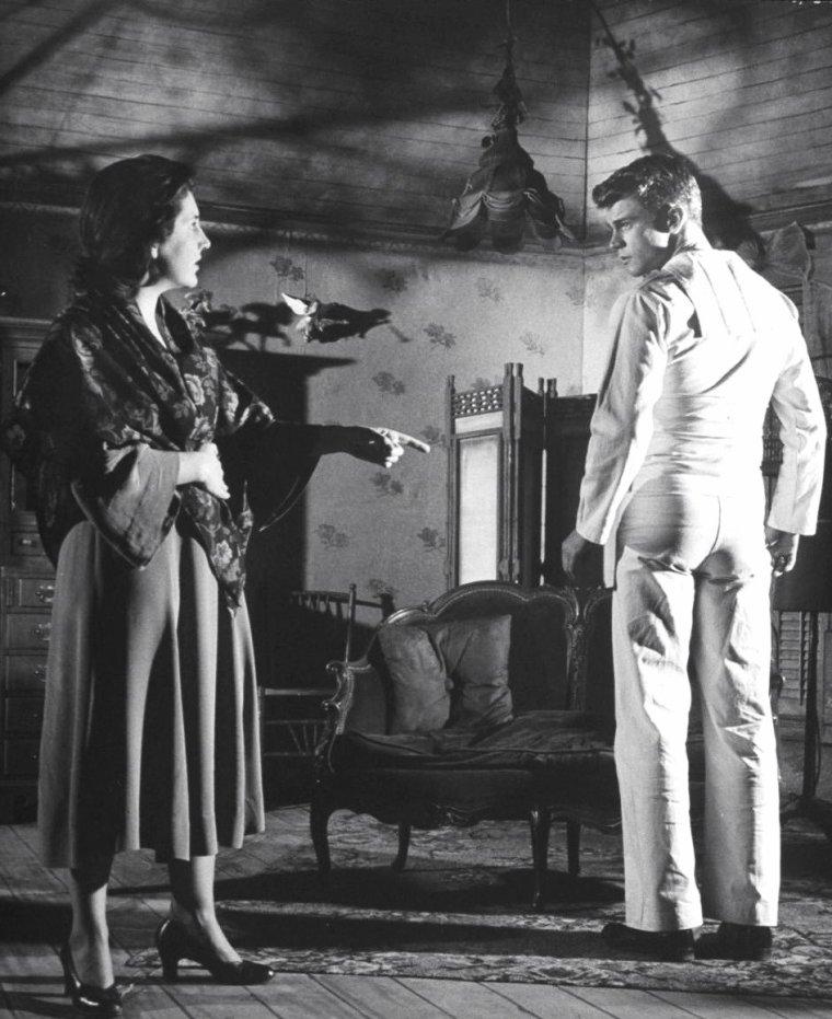 """Maureen STAPLETON joue aux côtés de Don MURRAY entre autres dans la pièce de Tennessee WILLIAMS à Broadway en 1951, """"The rose tatoo"""". Photos signées Eliot ELISOFON."""