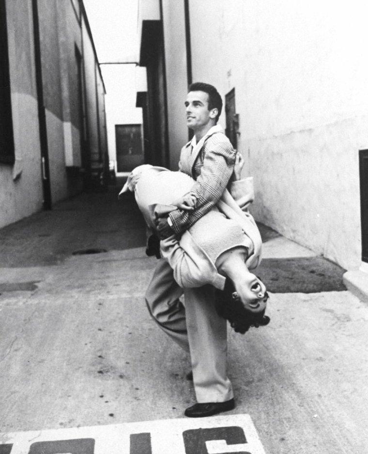 """Elizabeth TAYLOR et Montgomery CLIFT dans les studios de la Paramount en 1950 lors du tournage du film de George STEVENS """"Une place au soleil"""" (sorti en 1951) sous l'objectif du photographe Peter STACKPOLE."""