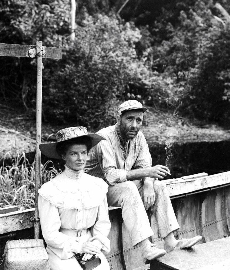 """Katharine HEPBURN et Humphrey BOGART sous la direction de John HUSTON lors du tournage du film """"African queen"""" (La reine africaine) en 1950 au Congo. Lauren BACALL accompagnait alors son mari BOGART sur le tournage. Photos signées Eliot ELISOFON."""