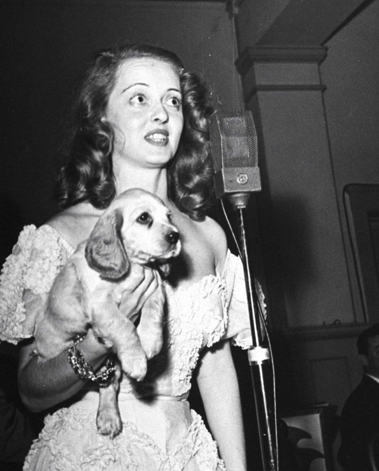 En 1938, Bette DAVIS organise aux côtés de sa soeur Bobby PELGRAN, un gala de charité pour la cause des chiens abandonnés... Les bénéfices de la soirée iront à l'association, cette soirée comptant les plus grandes stars du moment, notamment Howard HUGHES, Richard BARTHELMESS et sa fille, Norma SHEARER, Lupe VELEZ, Joël McCREA et Lili DAMITA ou encore Marie WILSON et son fiancé. Photos signées Rex HARDY Jr.