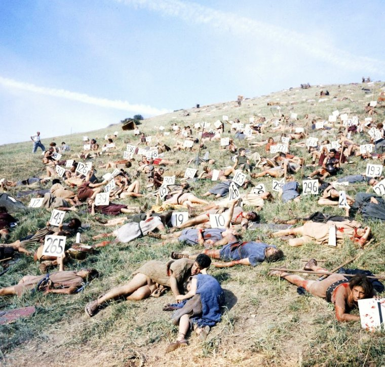 """J R EYERMAN se rend sur le tournage du film """"Spartacus"""" de Stanley KUBRICK en 1959 afin de photographier les acteurs en pleine répétition ; on peux y voir, Kirk DOUGLAS et le """"géant"""" noir Woody STRODE, John GAVIN et Laurence OLIVIER, Tony CURTIS ou encore Charles LAUGHTON. On comptera également une pleiade de figurants pour cette superproduction."""