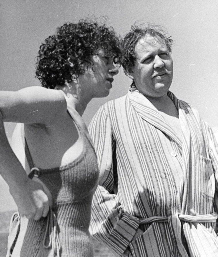 Charles LAUGHTON et l'actrice Elsa LANCHESTER à Cannes en 1938 sous l'oeil de John PHILLIPS.