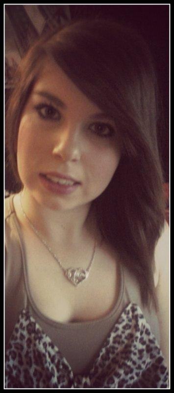Trop souvent blessé, j'ai le coeur arracher, j'suis beaucoup plus détruite, qu'on ne le pense, j'veux pas le montré, je veux plus qu'on me plaigne. J'tente de ne pas me laissé abattre; je fais la fière devant les autres, mais seule chez moi je laisse tomber le masque. Souriante à l'extérieur, mais démoralisé à l'intérieur. Juste parce que j'ai trop chercher le bonheur..