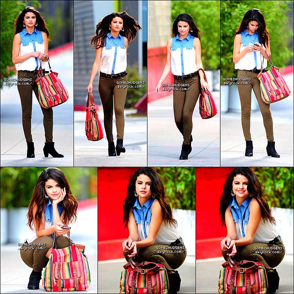 """26/06/13 - Selena avec des amis dans le parc Disneyland avec Samantha Droke, Austin Mahone.. CET ARTICLE : Vanessa et Ashley Tisdale dans les rues de L.A. & le nouveau shoot de """"Dream Out Loud""""."""