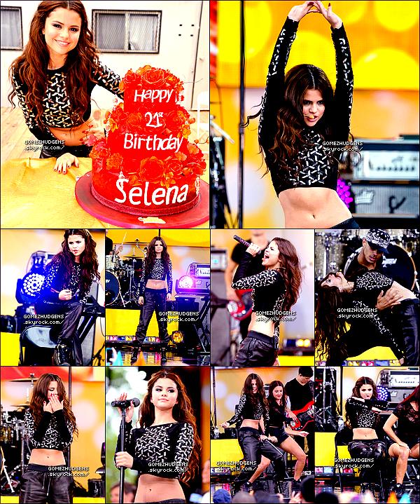 """27/07/13 - Selena à était vue allant manger avec sa famille et des amies à Los Angeles. CET ARTICLE : Selena présente à """"Good Morning America"""", à l'aéroport JFK avec son beau-père et chantant pour """"iHeartRadio"""" ."""