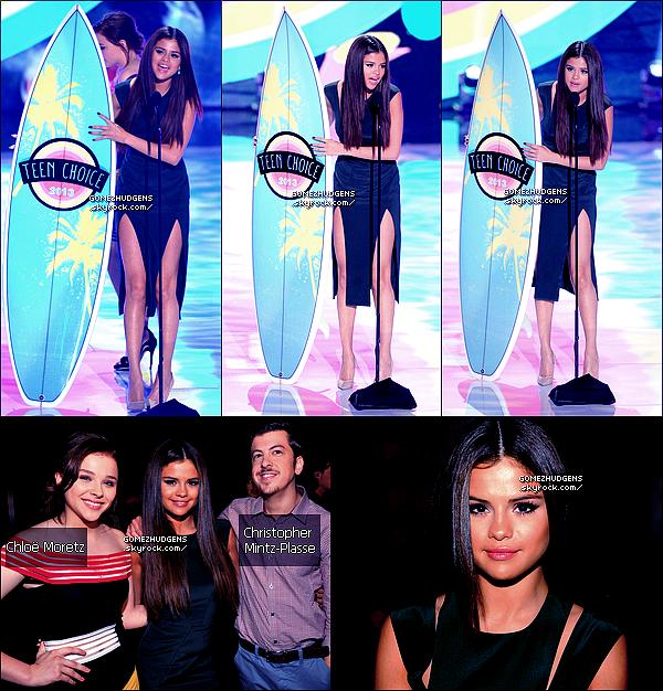 """11/08/13 - Selena était présente aux """"Teen Choice Awards"""", elle à remportée 3 prix Selena à remportée les prix suivants : """"Break-Up Song"""" (avec Come & Get It), """"Summer Music Star"""" et """"Female Hottie""""."""