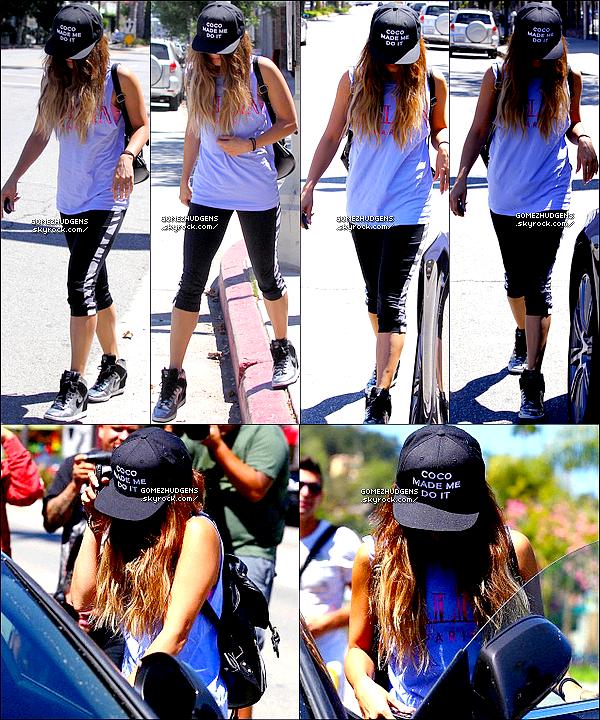 """25/08/13 - Selena était présente aux """"Video Music Awards 2013"""" elle à remportée un prix CET ARTICLE : Selena fait le tour du Canada avec """"Stars Dance Tour 2013"""" (+) Sortie de Vanessa à son cours de gym."""
