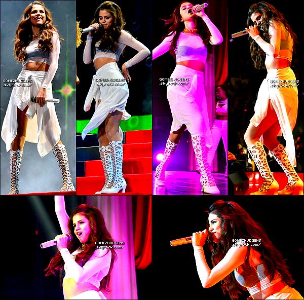 """20/10/13 - Trentième concerts pour """"Stars Dance Tour"""" à Newark dans le New Jersey CET ARTICLE : Emploi du temps chargé pour Selena (+) Début de la promo pour le nouveau film de Nessa """"Gimme Shetler""""."""