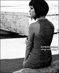27/12/13 - Selena, Katy Perry & Sia au concert de Britney Spears à Las Vegas. CET ARTICLE : Selena retournant chez elle (+) Vanessa allant rendre visite à un ami (+) Selena malade ?