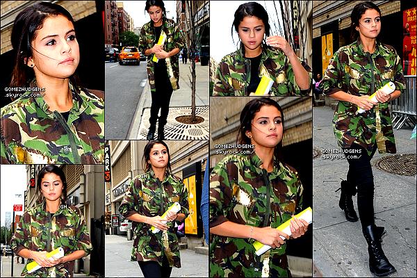 10/07/14 - Selena se rendant à un rendez-vous d'affaires dans New York City. CET ARTICLE : Selena dans New York (+) Vanessa allant au salon de coiffure (+) Selena à la ABC Kitchen de NY.