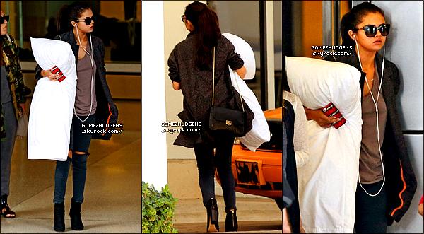 12/07/14 - Vanessa allant chercher des boissons chez Aroma Cafe dans Studio City. CET ARTICLE : Vanessa de sortie dans Los Angeles et à sa salle de sport (+) Selena de sortie dans New York puis de retour à Miami.
