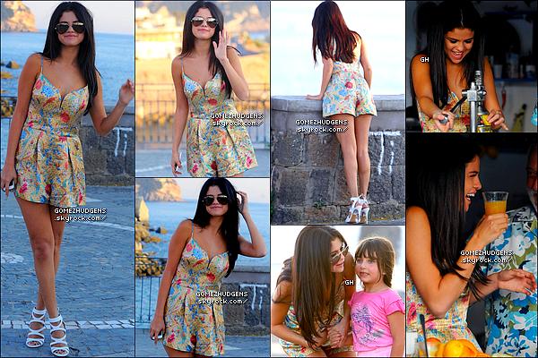 """19/07/14 - Selena se promenant avec ses amis sur l'île d'Ischia improvisant une petite visite. CET ARTICLE : Selena présente sur l'île d'Ischia en Italie pour le """"Ischia Global Film & Music Fest"""" (+) Vanessa arrivant à New York City."""