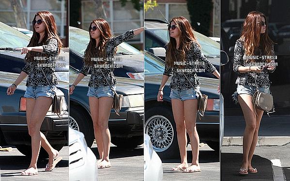 Le 24 Juillet, Selena et ses grands-parents ont été aperçu se dirigeant vers un restaurant pour aller déjeuner à  Panera Bread.