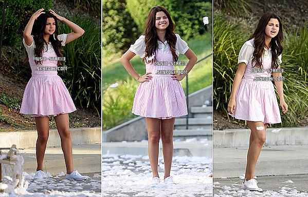 Le 05 Août, Selena s'est rendue au restaurant pour aller déjeuner avec Justin. Côté tenue, j'adore & j'adhère, TOP.♥