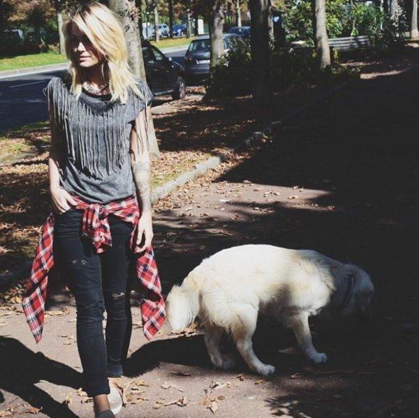 Caroline Receveur nous propose un look pour promener sont chien.