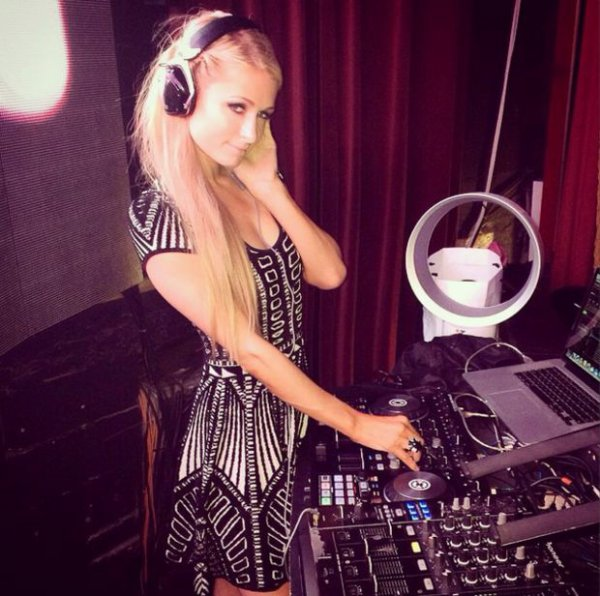 Paris Hilton se lance dans la DJ, elle nous fais un petit Selfie !
