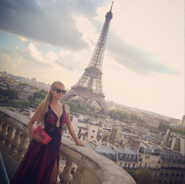 Elle est de retour a Paris, avec une de ses sublime robe #ParisHilton