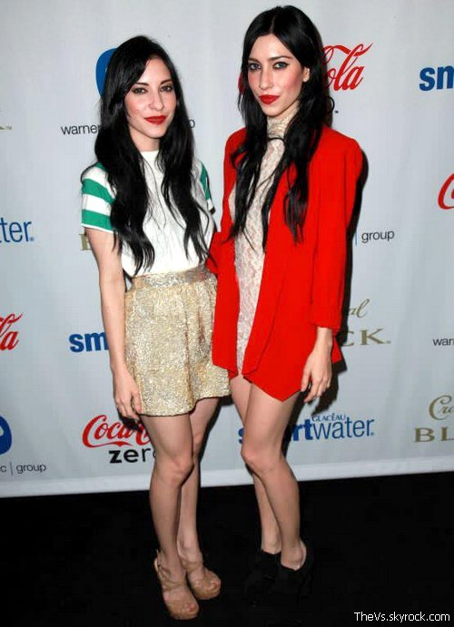 @Lisa_Veronica @JessicaVeronica @TheVeronicas Warner Music Group BET Awards (After party) . Les filles étaient attendues à LA pour l'after PARTY de Warner, leur label! .