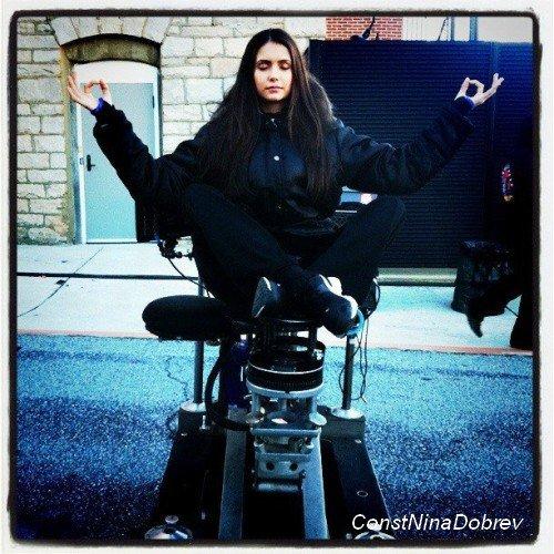 """nouvelle affiche promotionnelle où CW félicite Nina pour avoir gagner l'award """"Favorite TV Drama Actress"""" aux People's Choice Awards."""