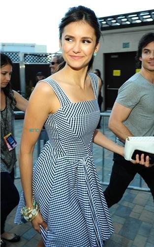 * C'est seulement maintenant que les photos de Nina & Ian arrivant aux TCA'S 2011 sont publiées. Mais vu comme Nina est magnifique, ça valait le coup d'attendre ! :)*